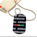 Colgante Chapa Negra con letras Jerusalem en blanco y una en colores con Cadena