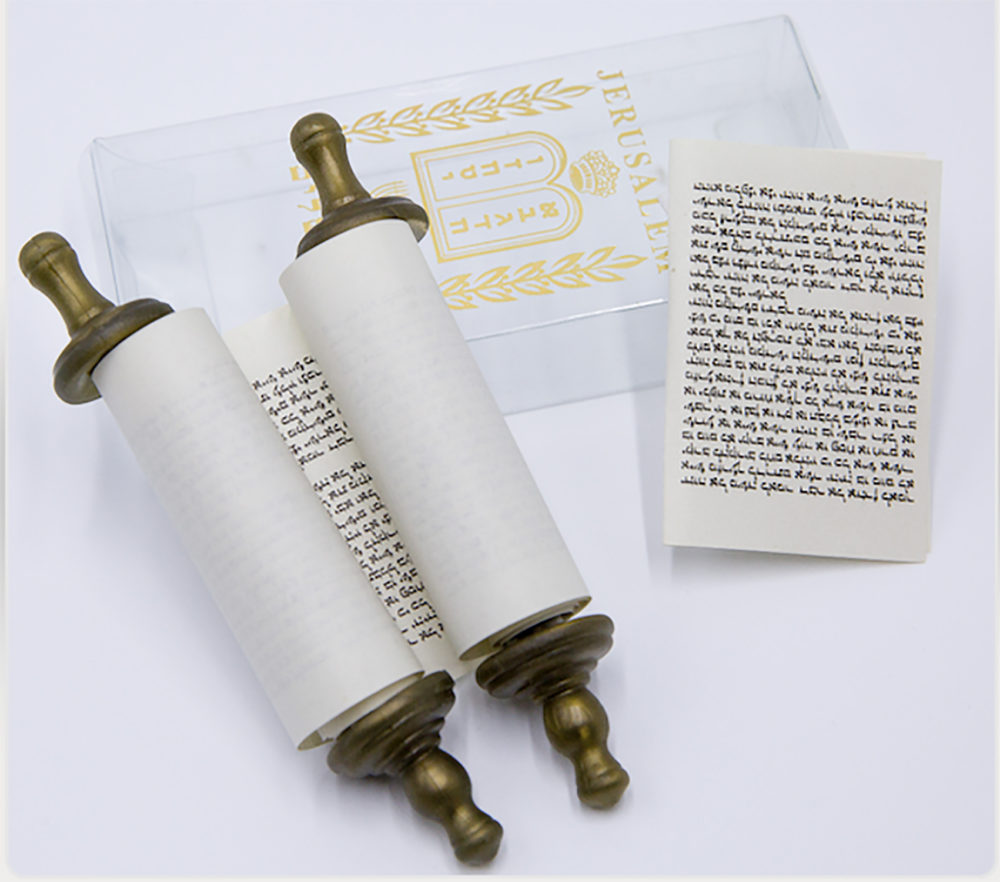 Torah en cajita pequeña + Escrito en hebreo