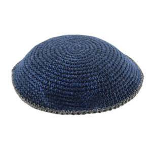 Kippah de hilo azul borde gris