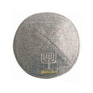 Kippa de tela gris con Menorah plateada bordada. 17cm